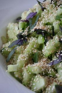 Concombre aux graines de sésame et basilic violet