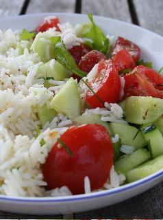 Salade de riz basmati, concombre, tomate, ciboulette et roquette