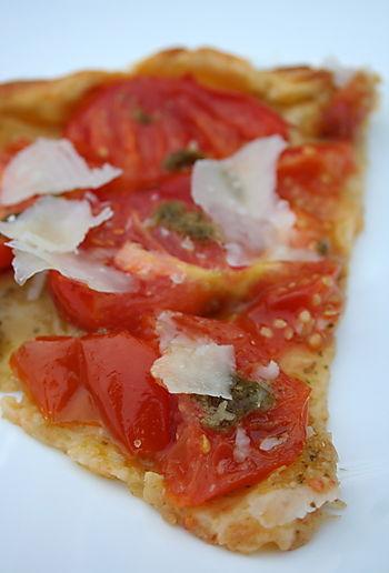 Tarte fine à la tomate et au pesto